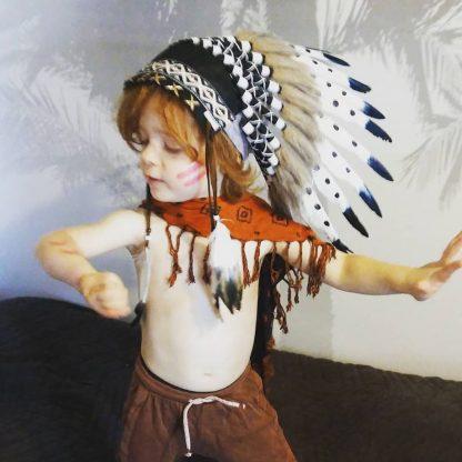 deguisement-indien-siou-fete-anniversaire-theme-far-west-plume-tipi